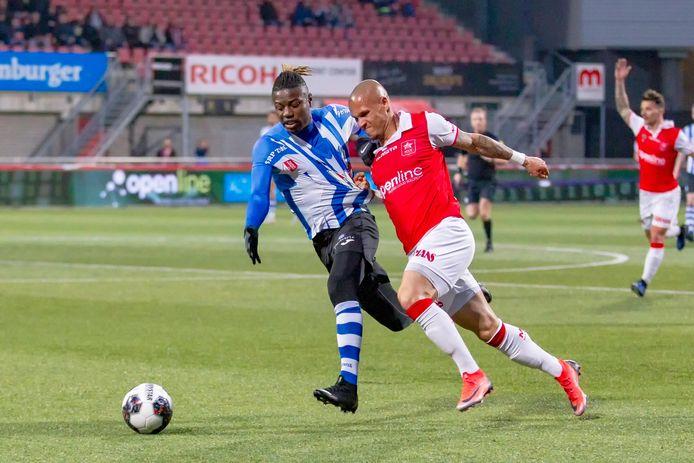 Augustine Loof (links) in actie namens FC Eindhoven, dat hij in de zomer achter zich liet voor het maltese Balzan FC.