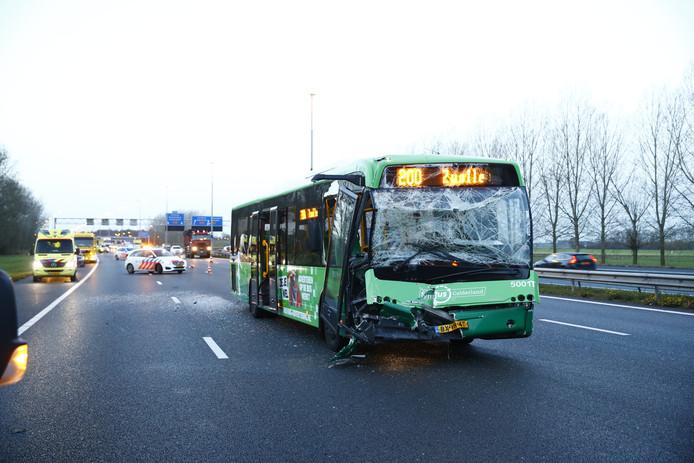 Lijnbus 200 van Syntus Gelderland botste vrijdagmorgen op een vrachtwagen op de A28 bij Zwolle.