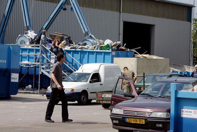 Bezoekers bij de milieustraat aan de Lodewijkstraat in Eindhoven