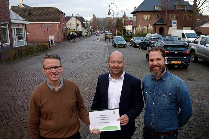 De kartrekkers van de werkateliers bijeen in de Sint Janstraat. Vlnr Jan Sips, Salem Yahiaoui en Arjan de Wildt.