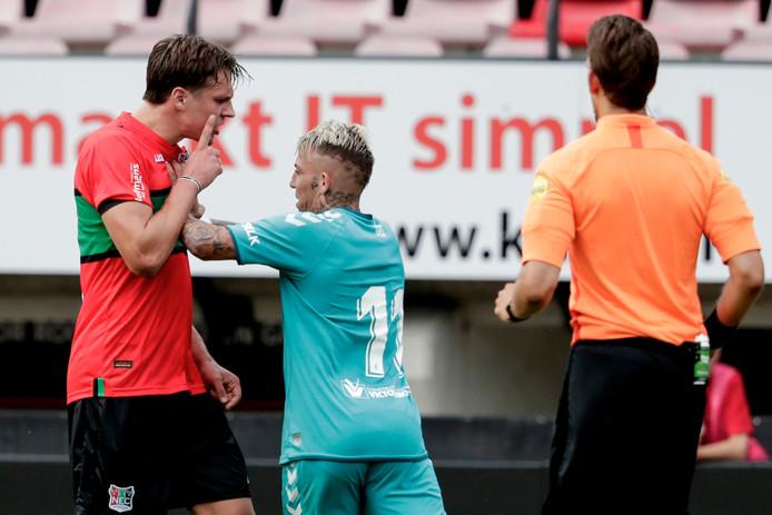 Josef Kvida (links) heeft het aan de stok met Brandon van Osasuna.