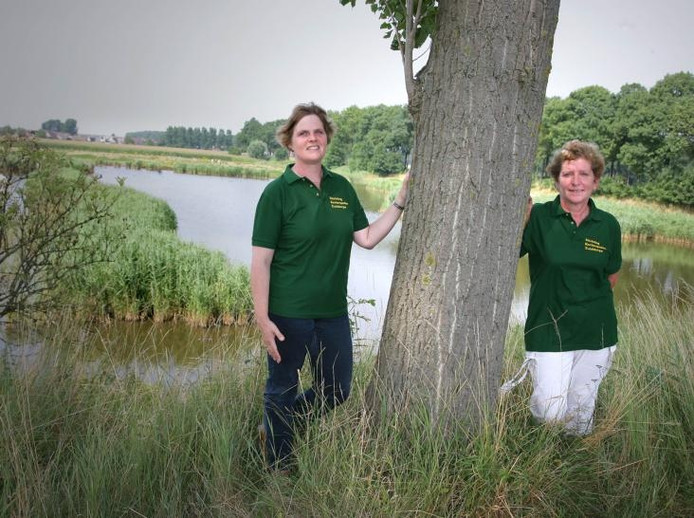 Christian Buijs (rechts) en Ingrid Nieuwelink, respectievelijk voorzitter en secretaris/penningmeester van de Stichting Kerkenpaden Zuiddorpe. foto's Wim Kooyman