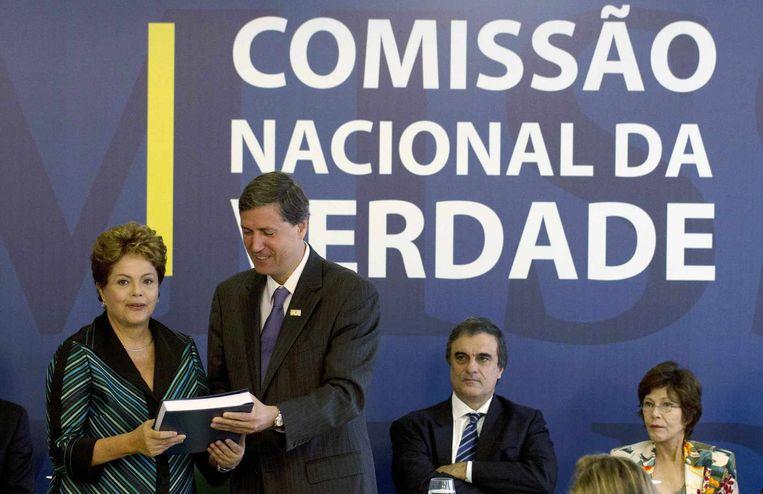 De presidente van Brazilië, Dilma Rousseff (links) krijgt het rapport van de Waarheidscommissie overhandigd door Pedro Dallari.