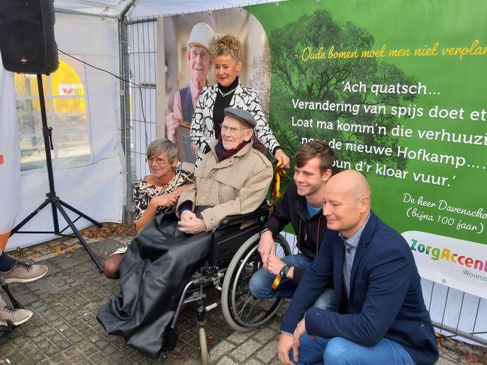 De heer Davenschot (99) is het levende symbool van de nieuwbouw van De Hofkamp en speelde ook gisteren de hoofdrol bij de ceremonie rond de 'eerste steen-legging'.