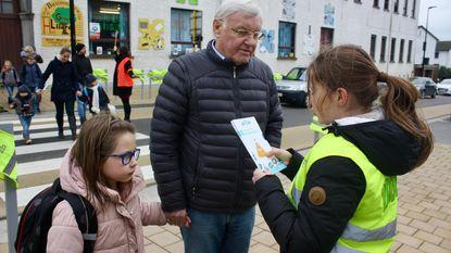 Leerlingen sensibiliseren zélf parkeerders aan schoolpoort
