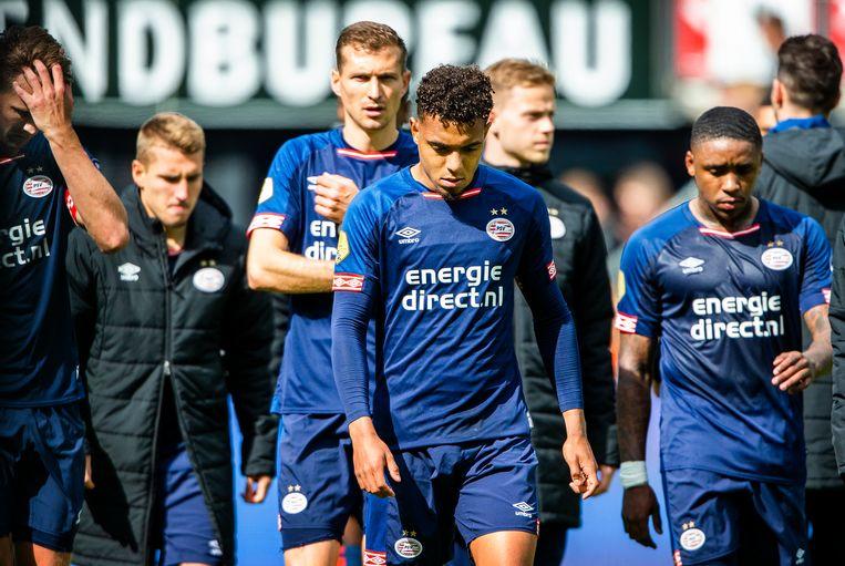 In Alkmaar staan de PSV'ers te treuren na het verlies met 1-0. Beeld Jiri Buller