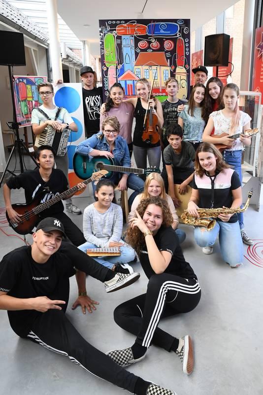 Opening kunstproject Kunst op de Kaart''  in Roosendaal  met leerlingen van Norbertus Gertrudis Lyceum, Benjamin Scheltema (met pet links van schilderij) en Joost Verbraak (met pet rechts van schilderij) in het Tongerlohuys. Foto Jan Stads / Pix4profs