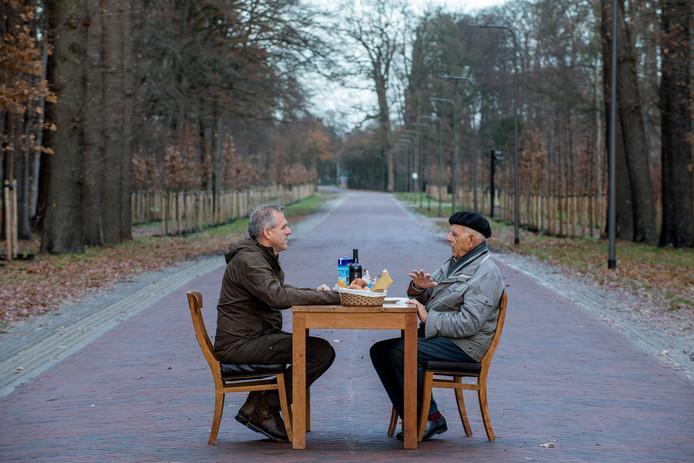 Wilke Schoemaker en Joop Zijlstra ontmoeten elkaar in een adellijke omgeving.