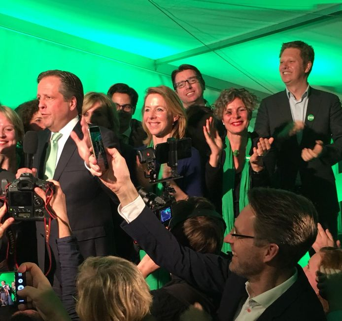 Monica den Boer (met groene sjaal) klapt in haar handen op de verkiezingsavond van D66. Als Kamerlid wist ze geen potten te breken.