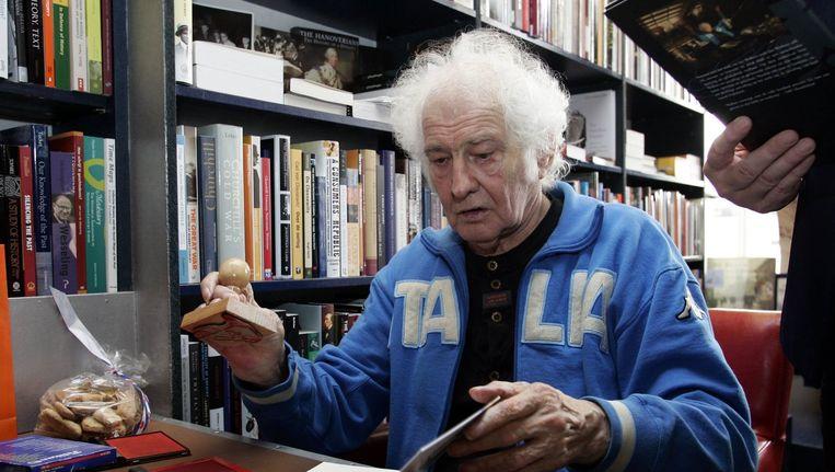 Schrijver Jan Wolkers signeert het boekenweekgeschenk tijdens de Boekenweek in 2005. Beeld anp
