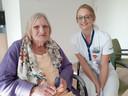 De 83-jarige Antoinette Poel - Steenbergen met verpleegkundige Brenda Prins.