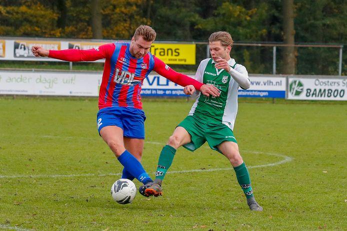 Yorick van Veldhoven (l) van Hapert afgelopen seizoen in duel met  RPC'er Daan Slaats.