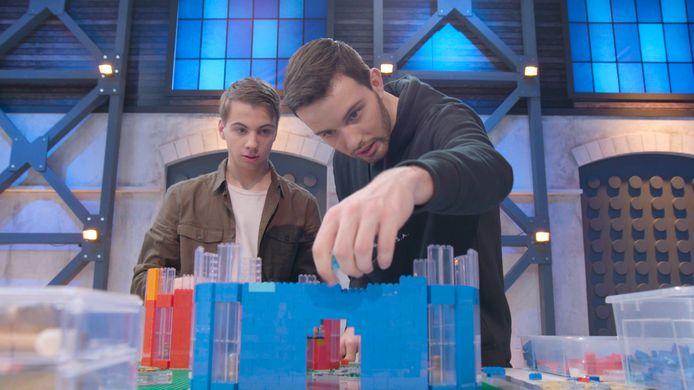 Jos (links) en Martijn (rechts) uit Deventer tijdens de eerste aflevering van het tv-programma LEGO MASTERS. Ze werden trapten het tot de finale.
