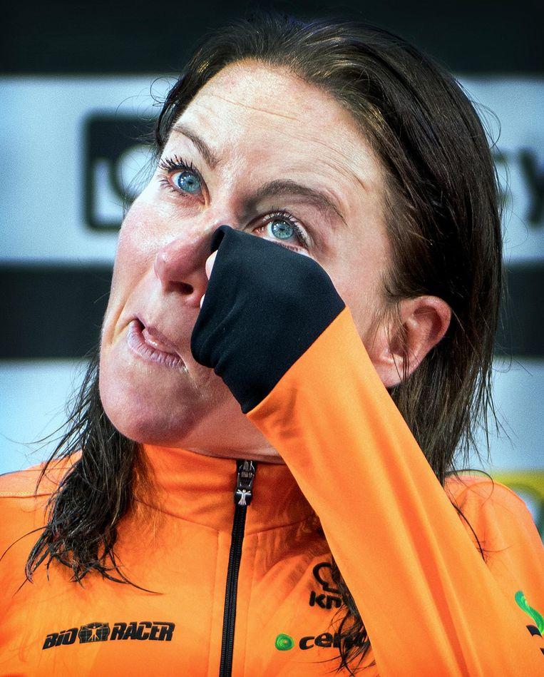 Van Vleuten na de gouden race: 'Het is gelukt, wereldkampioen. Heel onwezenlijk.' Beeld Klaas Jan van der Weij / de Volkskrant