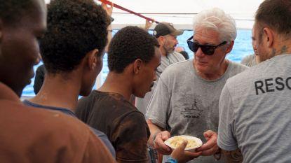 Acteur Richard Gere brengt voedsel naar 121 migranten aan boord van gestrand reddingsschip