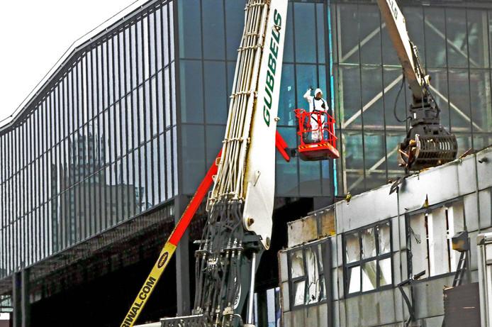 In speciale pakken zijn mensen van Gubbels bezig met de sloop van gebouw 68. Daar komt een looppad richting LocHal.