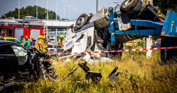 Vrachtwagen met gevaarlijke stoffen slaat over de kop na aanrijding op A16.