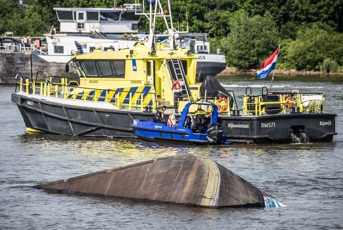 Binnenvaarttanker zinkt in Dordtse Kil.