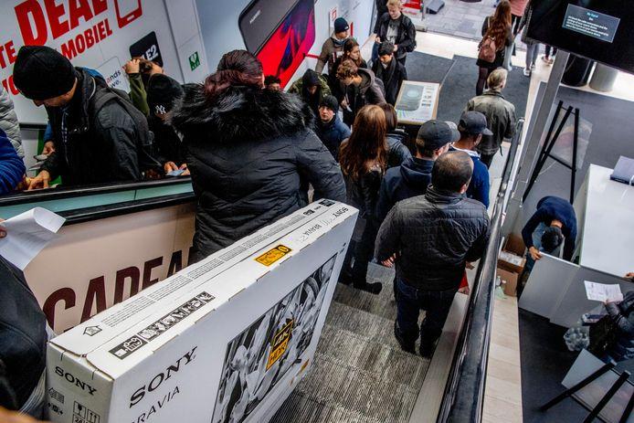 Koopjesjagers bij de MediaMarkt op Black Friday.