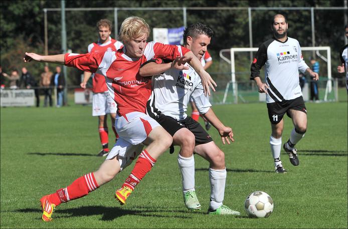 Estria-aanvaller Sander Bisseling in duel met GVV verdediger Tom van Hal. Hier op archiefbeeld.