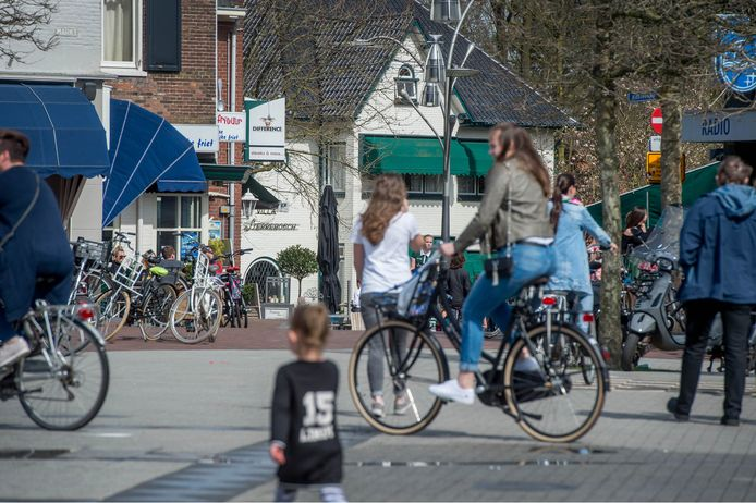 Op de Markt (foto) en in de Kromme Elleboog mogen vanaf 1 juni geen fietsen meer geparkeerd worden.