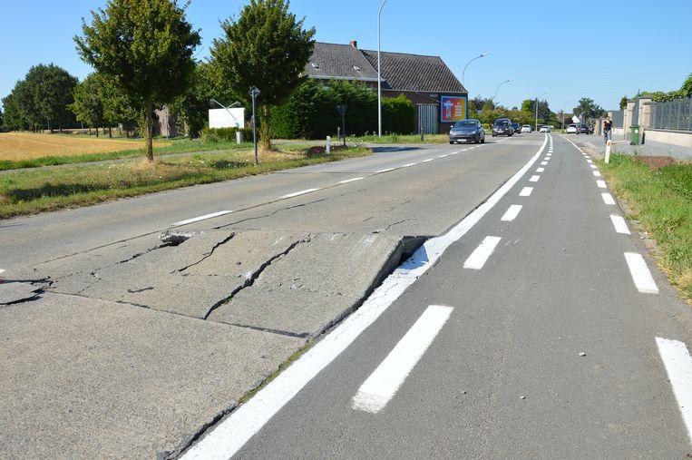 Het wegdek van de Aalstersesteenweg in Ninove kwam omhoog door de hitte.