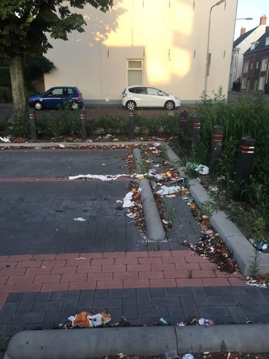 ,,Afval bij het Bart van Peltplein. Dit gaat al heel lang zo, er zijn al veel klachten ingediend.''