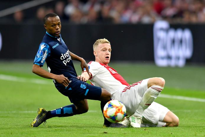 Donny van de Beek (Ajax) in duel met Thulani Serero (Vitesse).