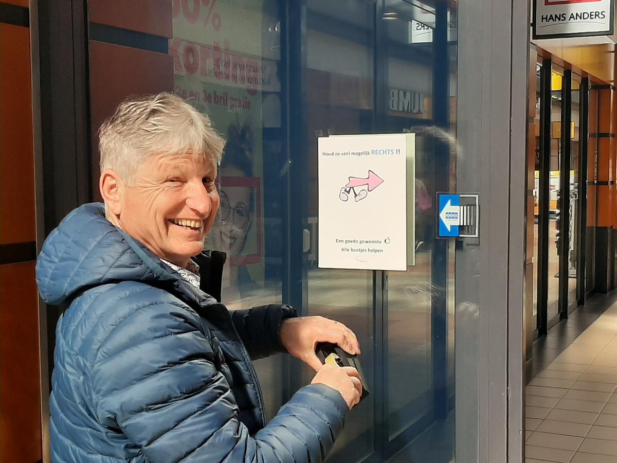 Centrummanager Wim Aussems hangt posters op in winkelcentrum Hoofdpoort in Kaatsheuvel: Houd rechts!