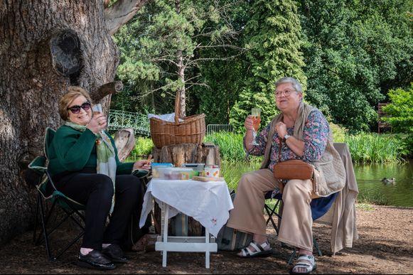 Twee vrouwen klinken op een leuke dag in het Kasteelpark van Berlare