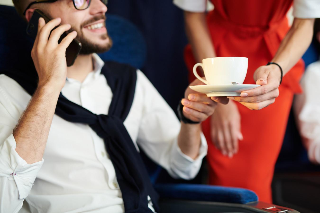 Een kopje koffie in het vliegtuig is niet zonder risico, voor passagier én vliegtuigmaatschappij.