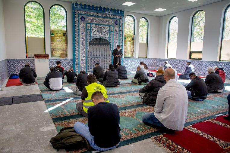 Een gebed in een andere moskee in Zwolle. Beeld Herman Engbers