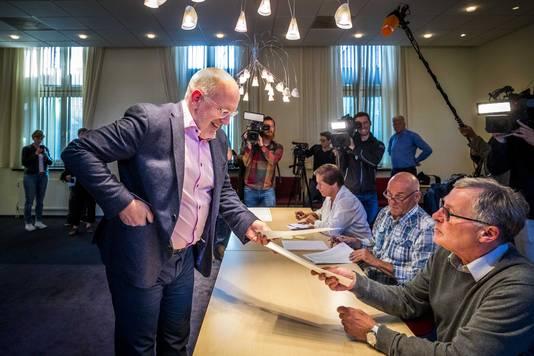 Frans Timmermans, topkandidaat van de Europese sociaaldemocraten, brengt zijn stem uit voor de Europese verkiezingen op het stembureau in het Bernardinuscollege.