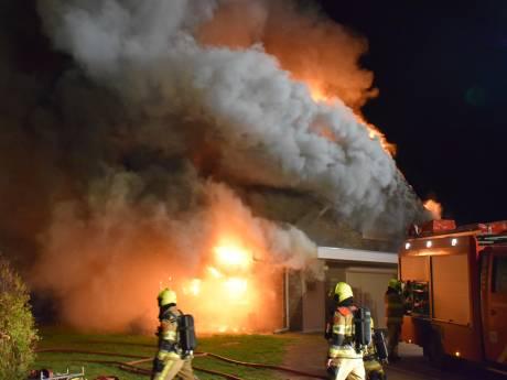 Woning verwoest door grote brand in Ooij, brandweer blust al uren