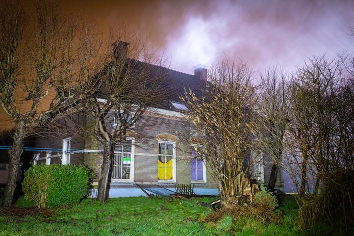 Uit de woonboerderij in Kampen kwam rook. Door snelle inzet van de brandweer werd erger voorkomen.