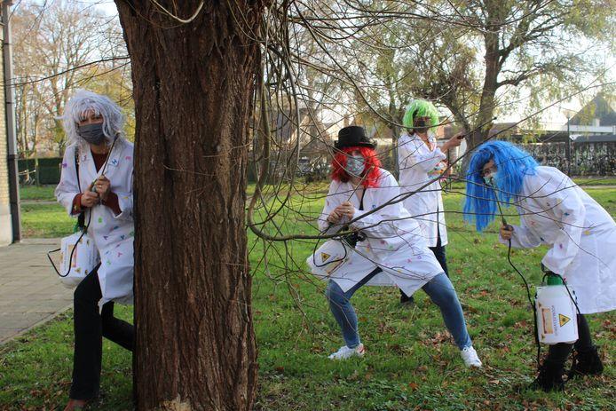 Katy Dehoorne (groen haar), Eline Vercooren (grijs haar), Charlot Van D'huynslager (rood haar) en Marlies Decock (blauw haar) helpen mee om het leesvirus op school te verspreiden.