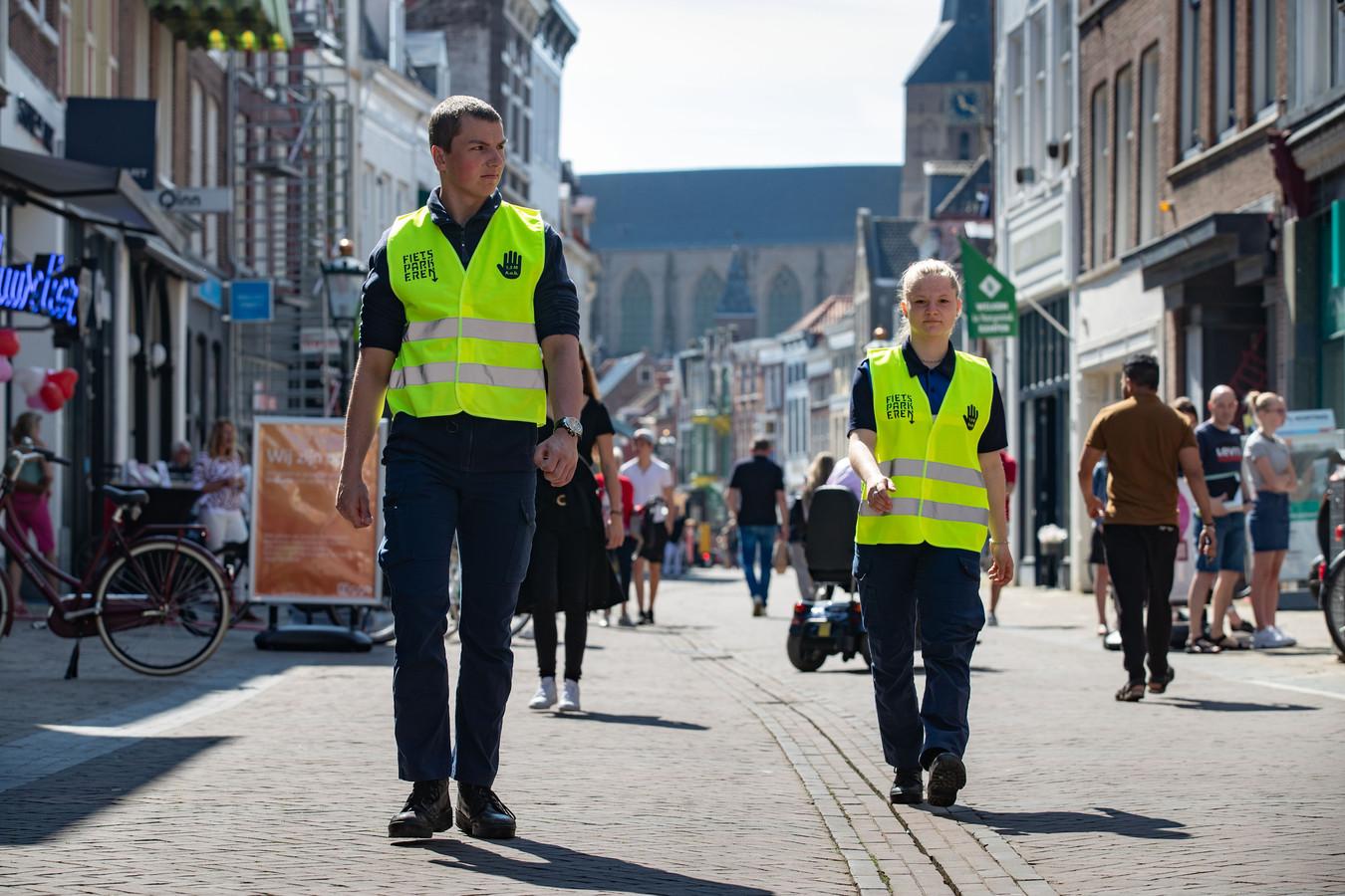 In de binnenstad van Kampen lopen mensen rond die anderen wijzen op de 1,5-meterregel.