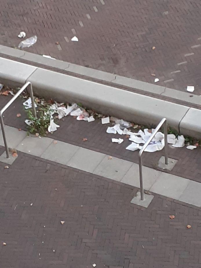 Rond winkelcentrum Hanzewijk ligt veel afval naast de afvalbakken.