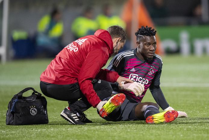 André Onana valt geblesseerd uit in het uitduel van Ajax met PEC Zwolle.