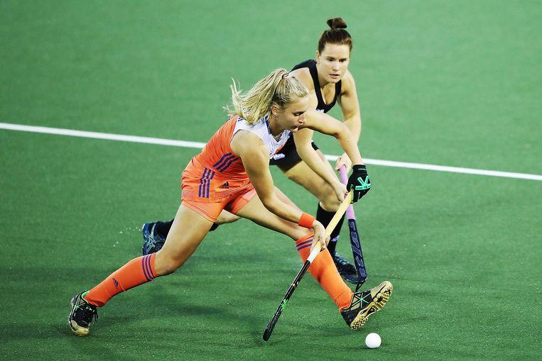 Laurien Leurink (links) tijdens de finale van de World League in en tegen Nieuw-Zeeland. Beeld Getty Images