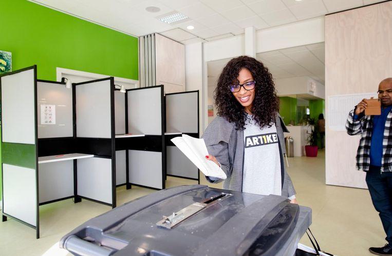 Bij de landelijke verkiezingen in stemlokaal Dorpshuis, Duivendrecht (2017). Beeld Bart Maat/ANP