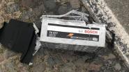 Legervoertuig verliest accu: tegenligger rijdt over batterij, die ontploft en wagen beschadigt