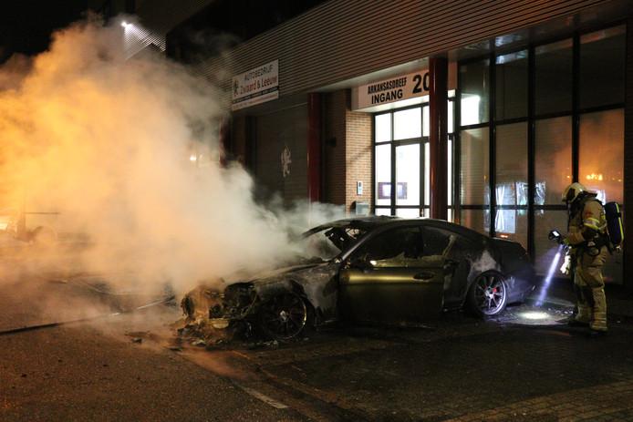Een Mercedes van ruim 230.000 euro is vannacht volledig uitgebrand op het industrieterrein van Utrecht Overvecht