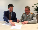 Wethouder Frank van Wel (links) en vice-voorzitter Wil van Beers van het Pleinfestival tekenen de intentieverklaring voor de samenwerking.
