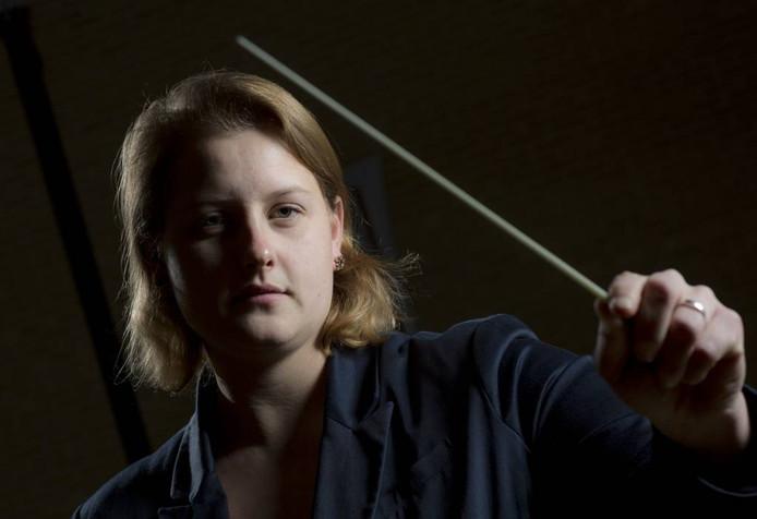 Dirigente Sandra Mulder leidt het B-orkest van de Vriezenveense Harmonie. Foto Henri van der Beek