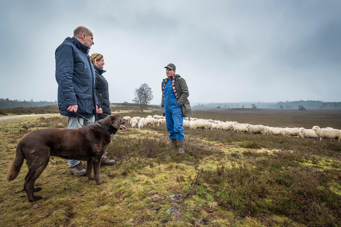 Herder Lammert Niesing (rechts) op de Renderklippen met Gerard en Heidi Hardeman uit Vaassen, die hun hond Kiddo keurig aangelijnd houden.