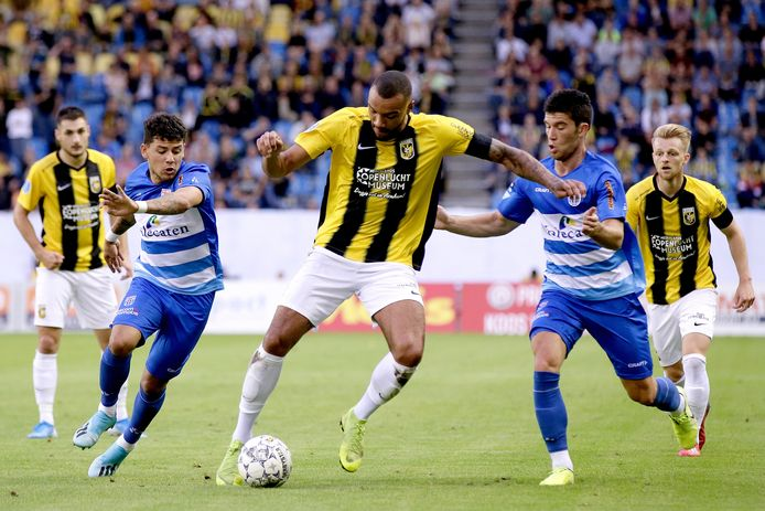 Gustavo Hamer (l) en Pelle Clement (r), hier in duel met Vitesse-aanvaller Jay-Roy Grot, kunnen een voorstel om hun contract bij PEC Zwolle te verlengen tegemoet zien.