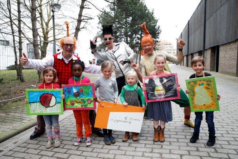 Urkie en Purkie met de superwinnaars: Lore Mestdagh (VB Oosteeklo), Anabel Opoku (Sint-Gregoriuscollege Gentbrugge), Leonie De Lange (VB Grotstraat Zottegem) en Tuur Putman (VB Kruishoutem). De winnaar van de vdk-prijs Séraphine Ryckaert staat in het midden en superwinnaar Marjan Meuleman (O.L.V. Visitatie Bottelare) staat niet op de foto.