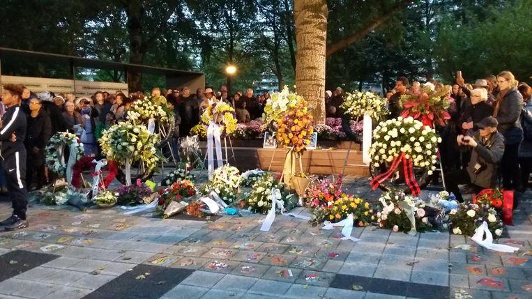 Omstanders leggen ook bloemen bij het monument Beeld Hanneloes Pen