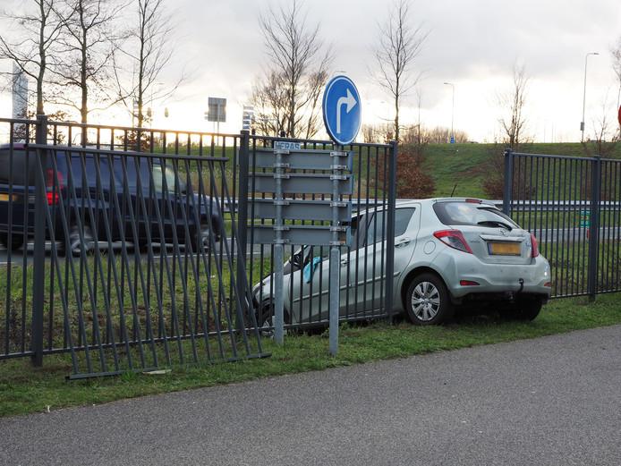 De auto schoot dwars door het hek en kwam in de sloot tot stilstand.